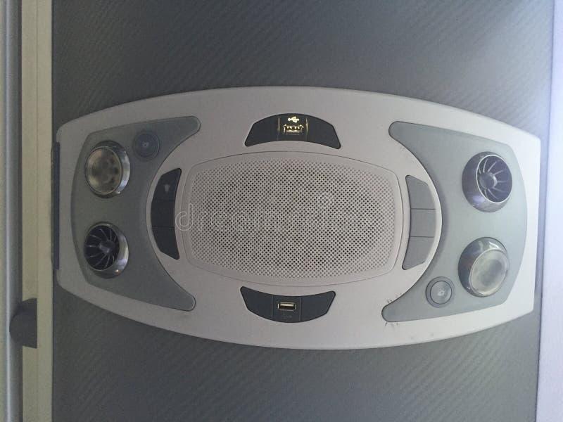 En panel inom en buss med USB-uppladdare, luftkonditioneringsapparaten och ett ljus royaltyfri fotografi