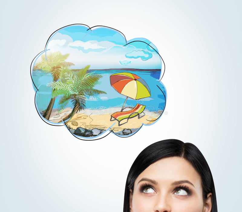 En panna av en brunettkvinna som drömmer om sommarsemester på stranden Ett trevligt sommarställe dras i tankebubblan arkivbilder