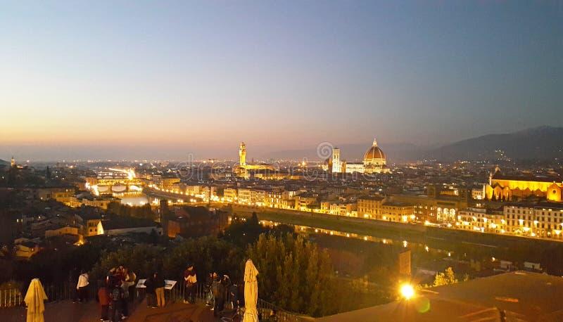 En panorama- aftonsikt med doumo av den härliga staden florence royaltyfri bild