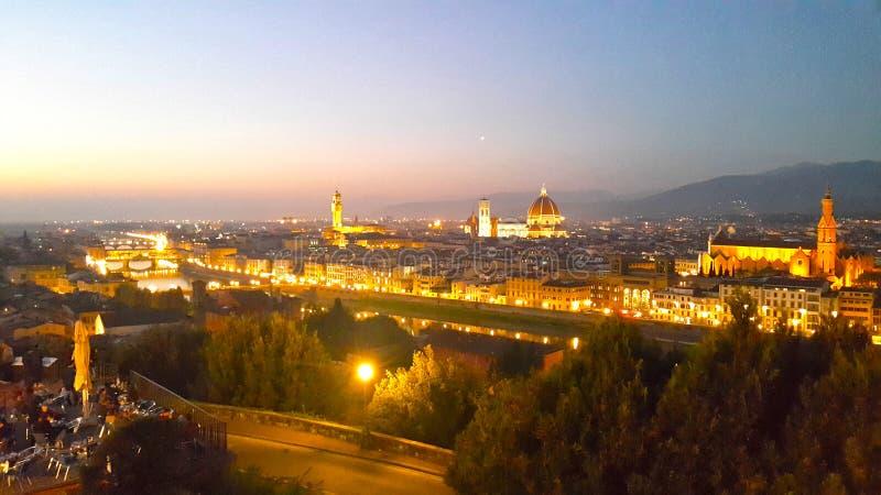 En panorama- aftonsikt med doumo av den härliga staden florence arkivbilder