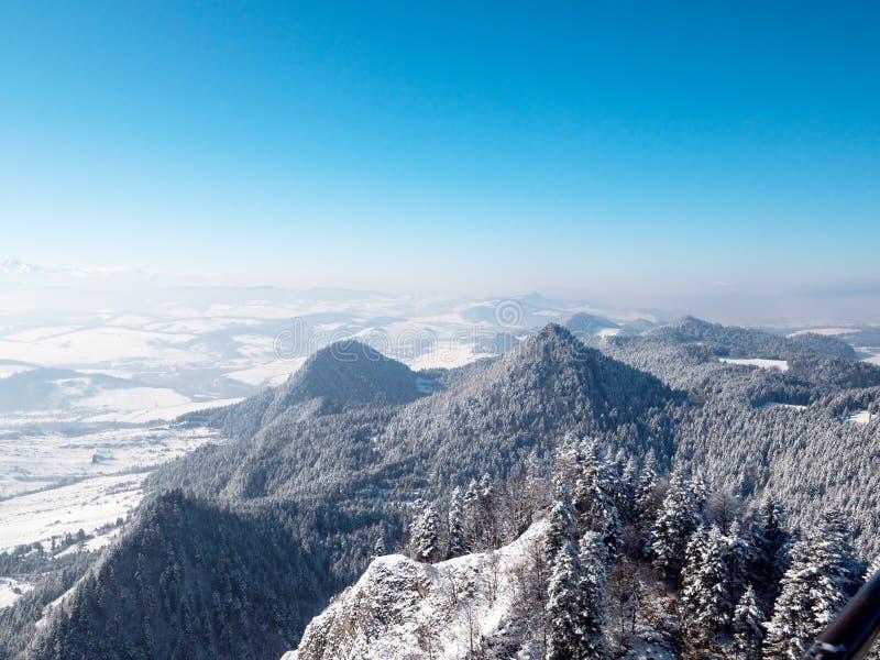 En panorama av de polska Pieniny bergen i en vinterämbetsdräkt arkivfoton