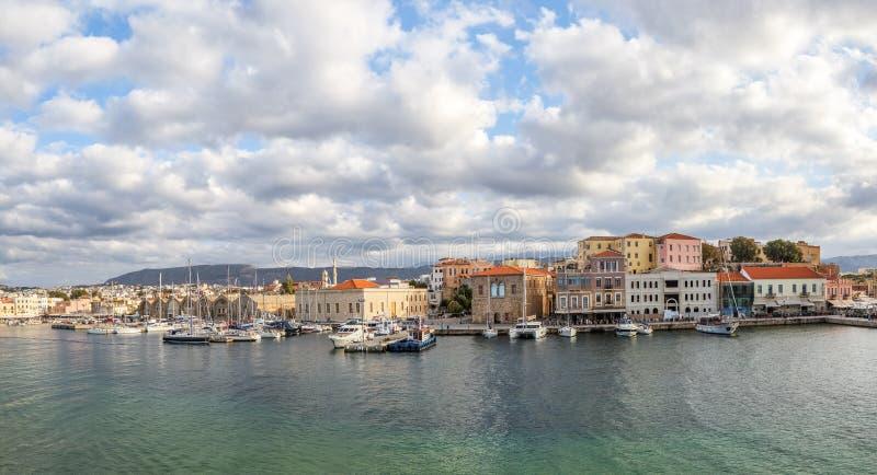 En panorama av hamnstadstaden Chania, ön av Kreta, Grekland En hamn med träpantons, förtöjde yachter, skepp, fartyg arkivbild