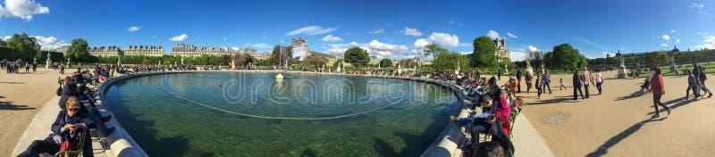 En panoramasiktsspringbrunn framme av Louvremuseet royaltyfria bilder