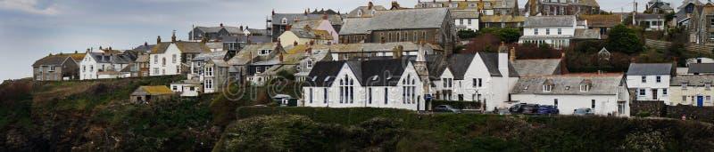 En panoramautsikt av byn av port Isaac, England med pittoreska hem på bergstoppet arkivfoton