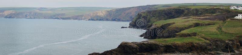 En panoramautsikt av de gröna bergiga bergen och havet i port Isaac, Cornwall, England royaltyfria bilder