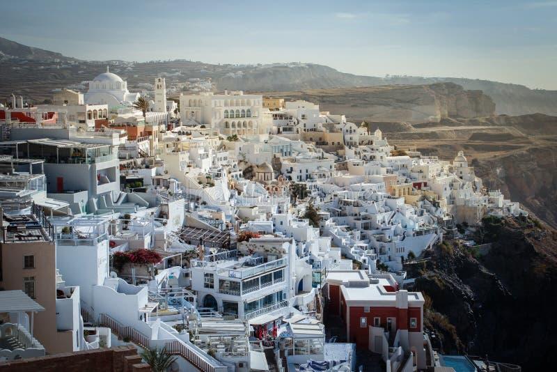 En panoramautsikt av den vita staden med blåa tak arkivfoton