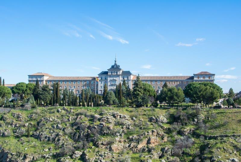 En panoramautsikt av infanteri Akademi Den akademiska världen de Infanteria på kall solig dag för vinter på Toledo royaltyfri fotografi