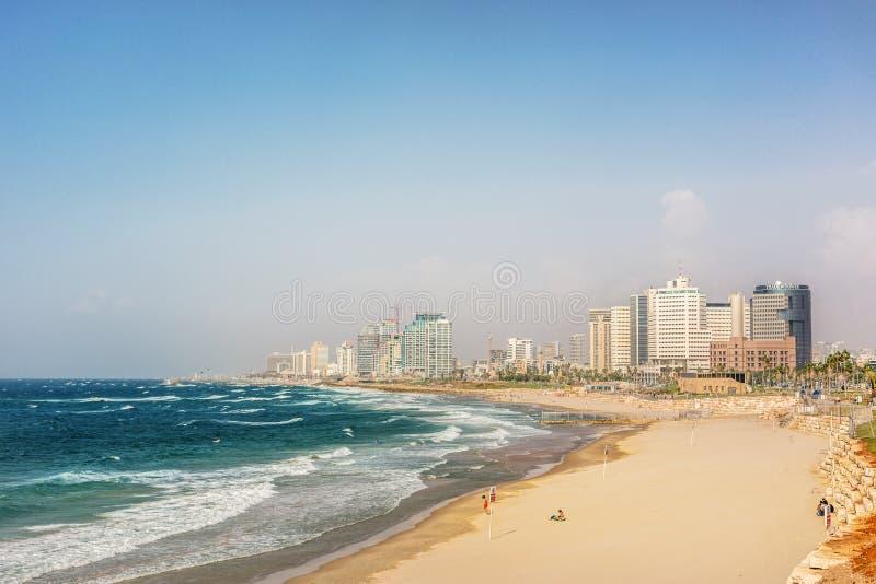 En panoramautsikt av Tel Aviv i en eftermiddag och blå himmel i Israel royaltyfri bild