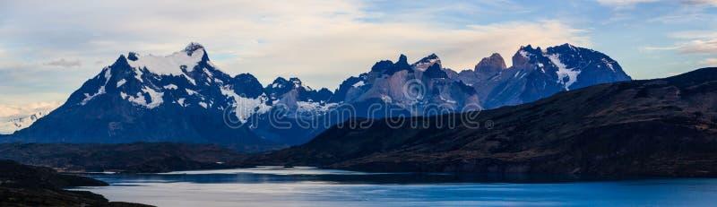 En panoramautsikt från den lagoPehoe campingplatsen av Torresen del Paine Massiv i Patagonia royaltyfri foto