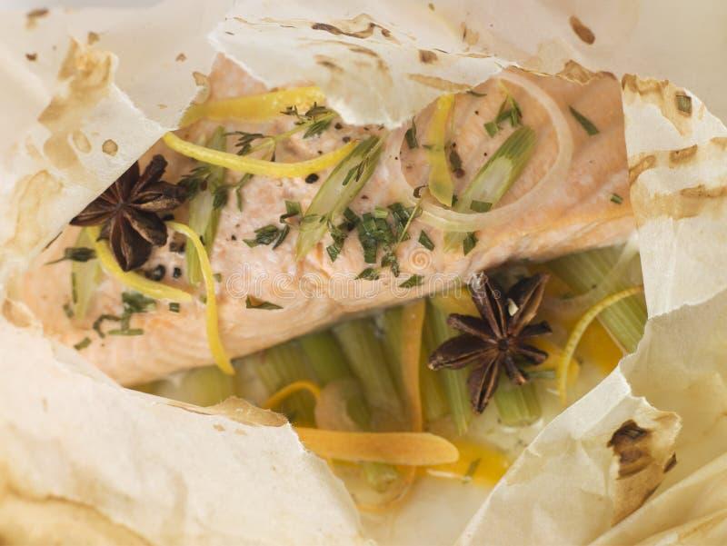 En Papillote de saumons images libres de droits