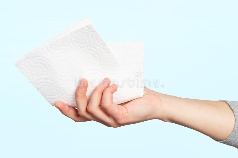 En pappersservett eller pappershandduk i en kvinnas hand Begreppet hygien, förebyggande av infektioner, coronavirus arkivbild