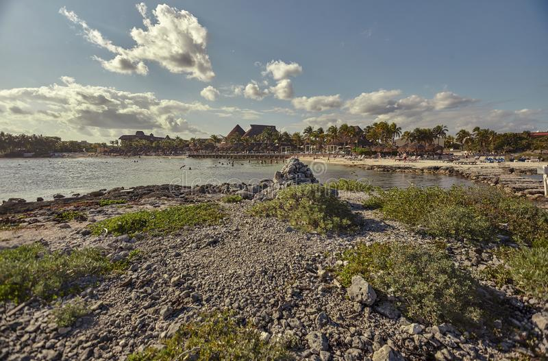 En paradisiacal strand i det karibiska havet: Puerto Aventuras strand i den Mayan Rivieraen i Mexiko på solnedgången fotografering för bildbyråer