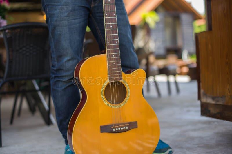 En parc, heureux pratiqu?s jeune la guitare de hippie par homme et ont plaisir ? jouer la guitare images libres de droits
