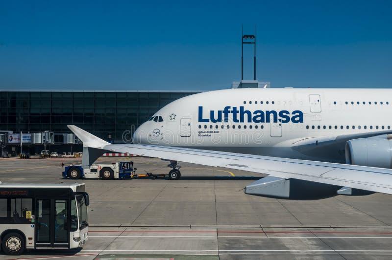 En parkerad Lufthansa flygbuss A380 arkivfoto