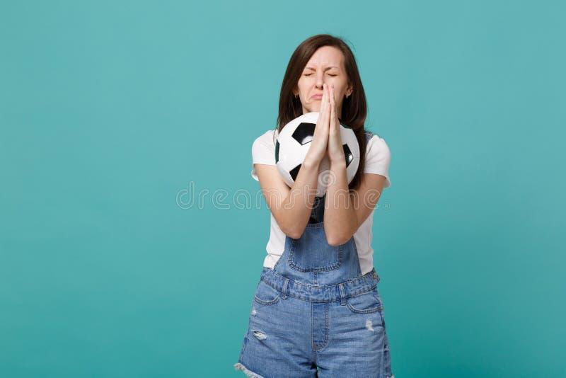 En parlant en faveur le passioné du football de fille avec les yeux fermés soutenez l'équipe préférée avec du ballon de football  image libre de droits