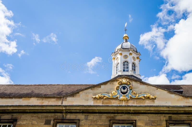En partisk sikt av Treenighet Hall mot en blå himmel med partiska moln royaltyfri bild