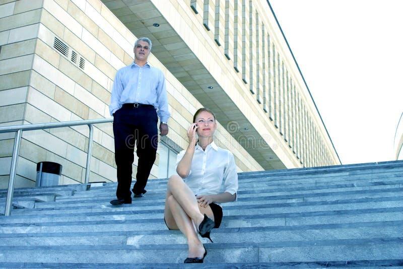 En pasos de progresión por el edificio de oficinas 2 imagenes de archivo