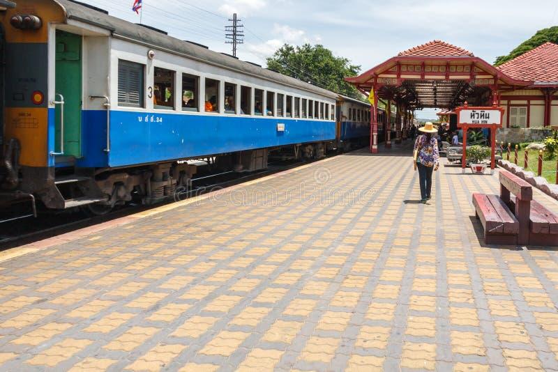 En passagerare promenerar plattformen royaltyfri bild