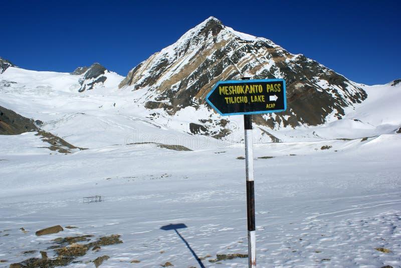 En pekare till tvärgatorna till det Meshokanto passerandet, Annapurna region, Nepal royaltyfri fotografi