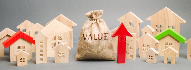 En pengarpåse med ordvärdet, trähusen och en övre pil Begrepp av fastighetmarknadstillväxt Hög hyra och att inteckna royaltyfri bild