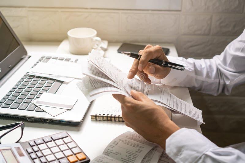 En penna för innehav för affärsman, medan se räkningarna ?gander?tt f?r home tangent f?r aff?rsid? som guld- ner skyen till arkivfoton