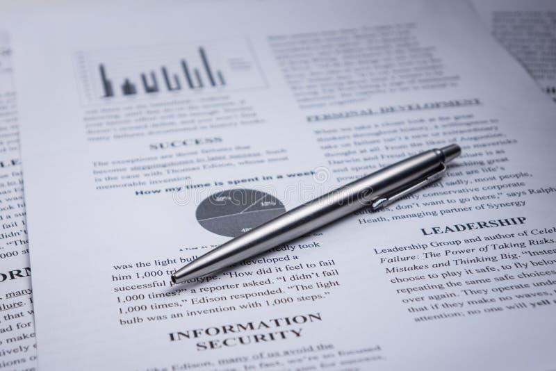 En penna på affärstext- och ledarskap- och informationssäkerhet om ord arkivbild