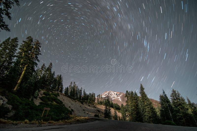 En perfekt cirkel som bildas av stjärnaslingor royaltyfria bilder