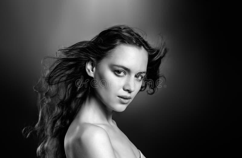 En perfekt modebild av en ung kvinna med självförtroende fotografering för bildbyråer