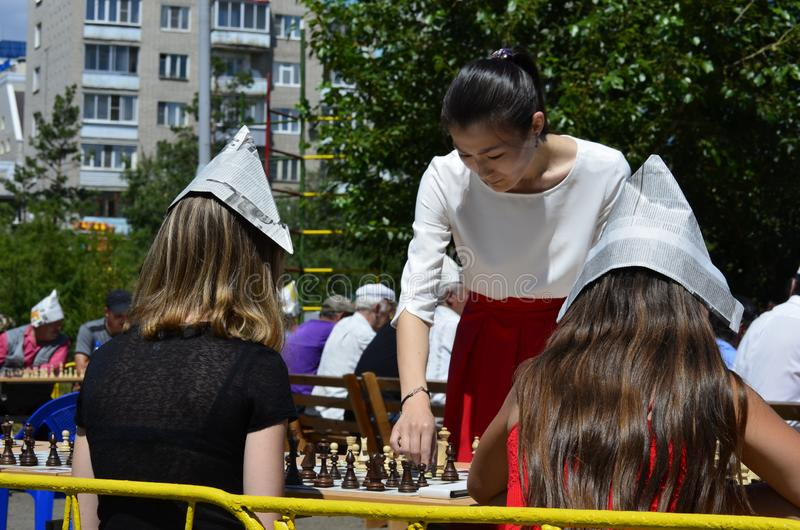 En period av en samtidig lek av en grandmaster med enkla schackspelare royaltyfria bilder