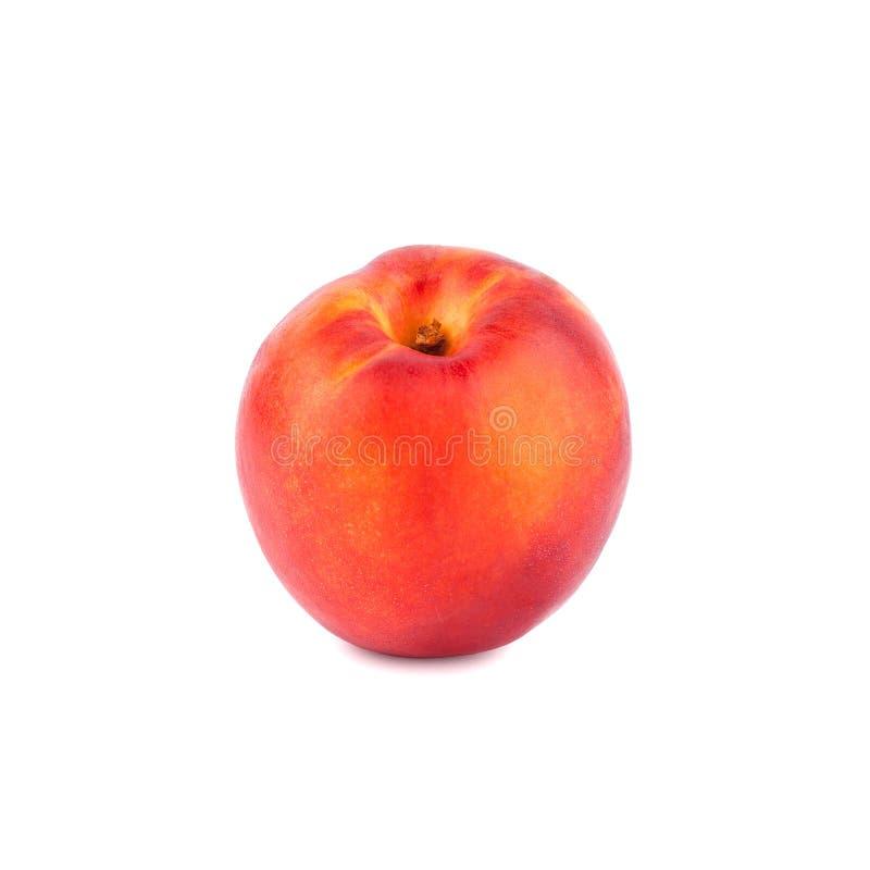 En persika på en vit bakgrund som tätt isoleras upp arkivbild