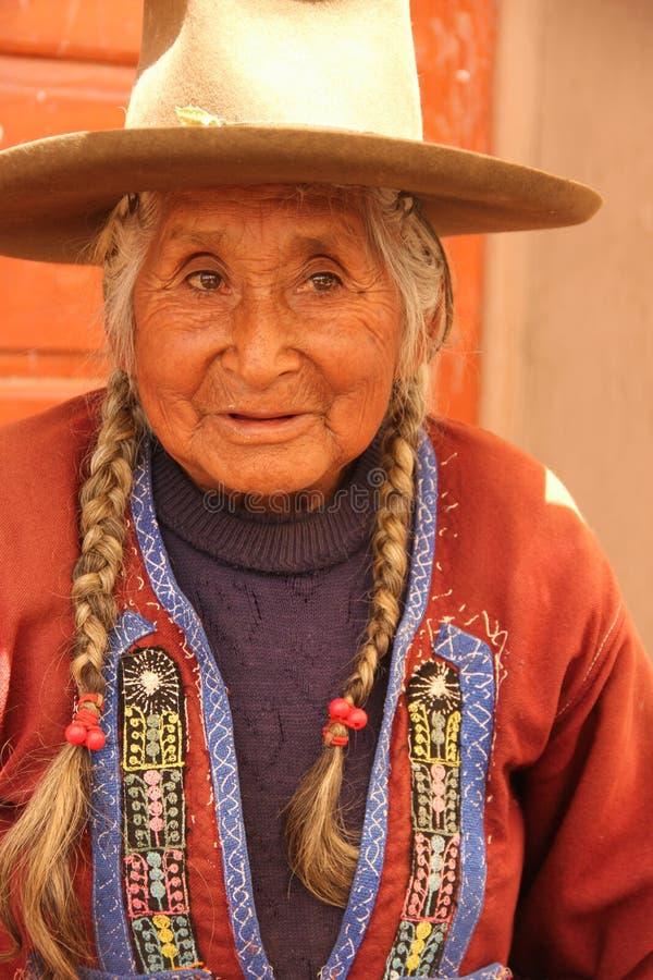 En peruansk kvinna på fördärvar av Raqchi arkivbilder