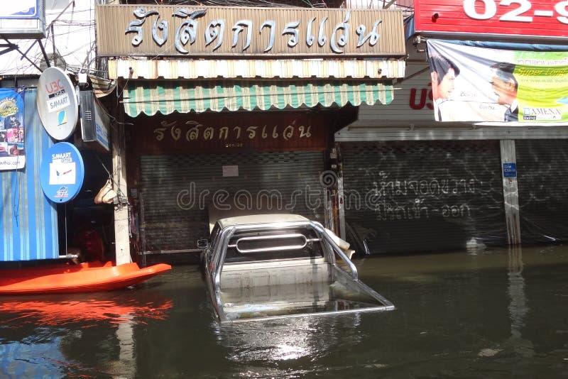 En pickup är undervattens- i en översvämmad gata i Rangsit, Thailand, i Oktober 2011 royaltyfri bild