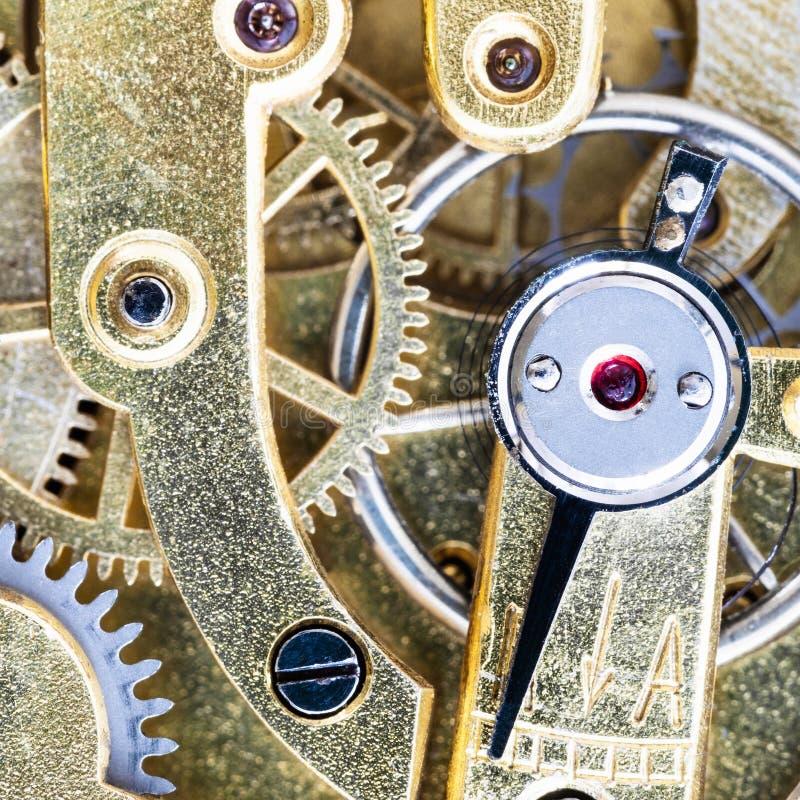 En pierre et ajustant la flèche dans la montre de poche en laiton photos libres de droits