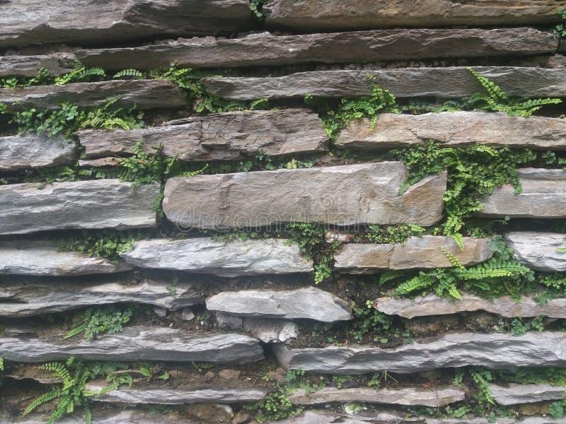 En pierre mur empilé vieilles par ruines photo stock