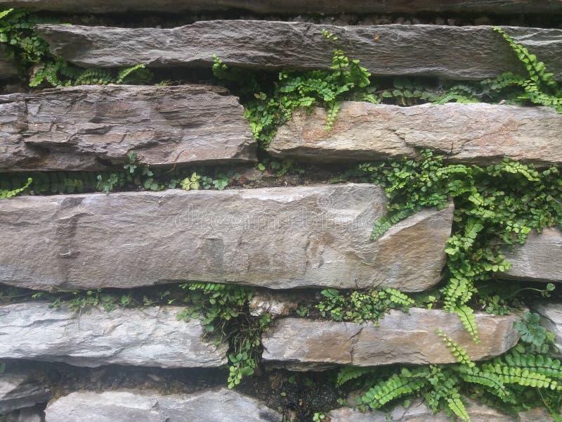 En pierre mur empilé vieilles par ruines images stock
