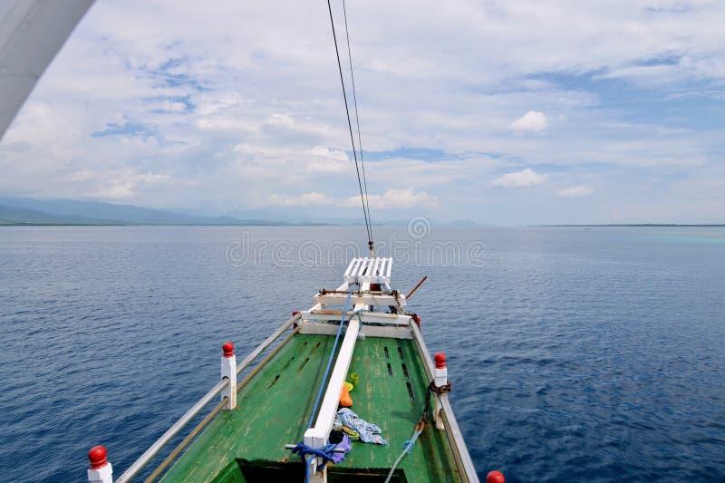 En pilbåge av det lilla kryssningskeppet, Indonesien royaltyfria bilder