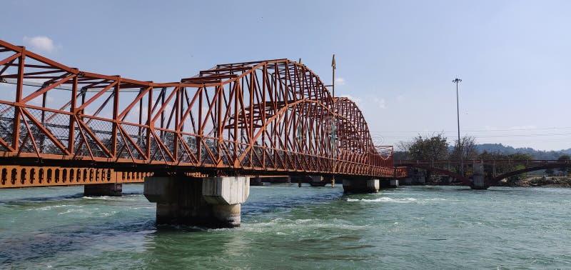 En pilbåge och en pil formade bron över den heliga floden Ganga på Haridwar Pilbåge- och pildesignen härledas från ett vapen som  arkivfoton