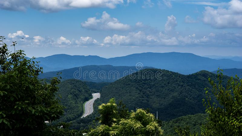 En pittoresk horisont med gröna bergskedjor royaltyfri fotografi