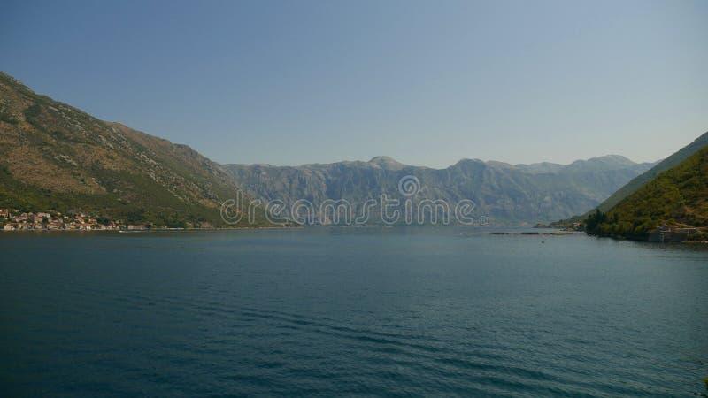 En pittoresk sikt av vattnet av fjärden av Kotor och higen arkivfoto