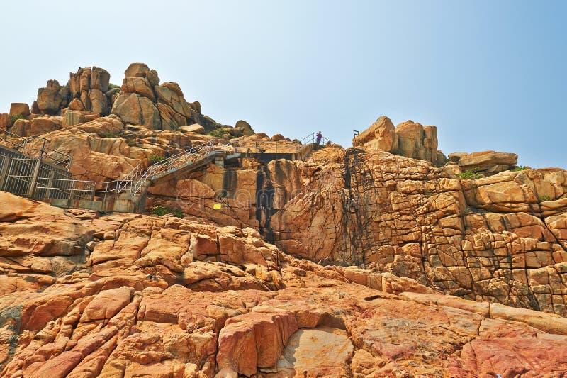 En plankaväg som byggs längs framsidan av en klippasjösida arkivfoton