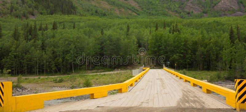 En planked bro som används av medel för att ta fram en avlägsen stad i nordliga Kanada arkivfoton