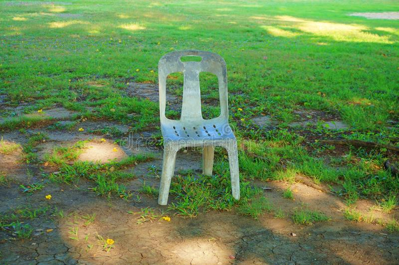 En plast- stol av att koppla av h?rnet i parkerar, closeupen royaltyfri bild