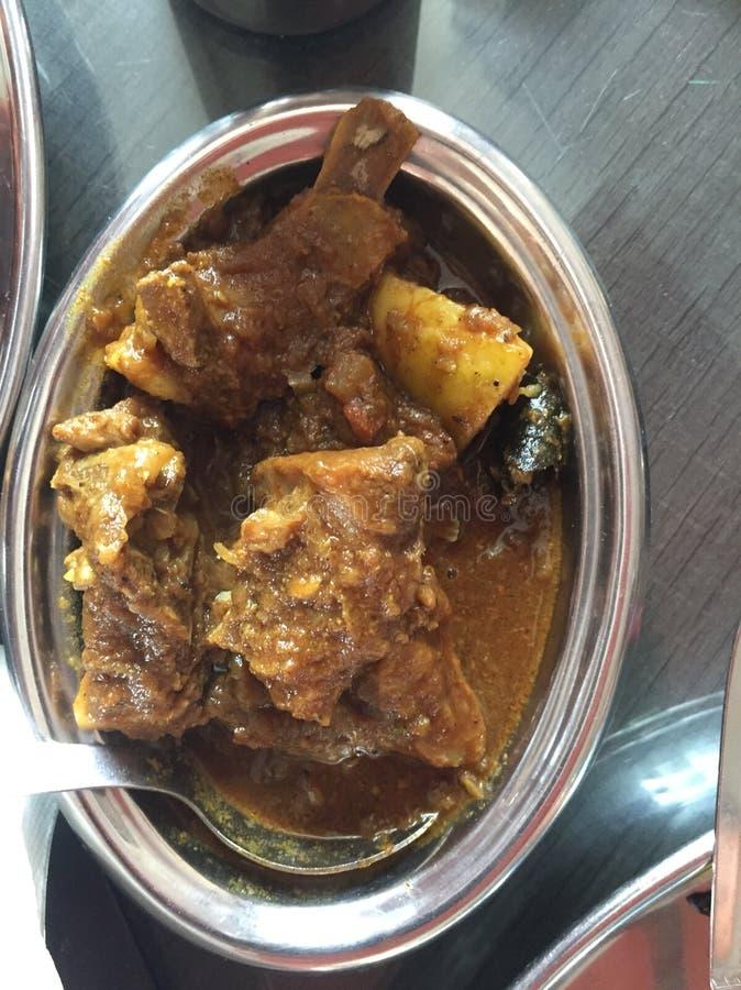 En platta av kryddig fårköttcurry som lagas mat i indisk stil arkivfoto