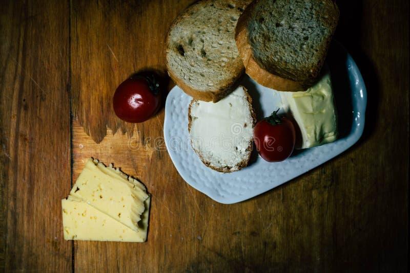 En platta av mat och k?tt arkivbild