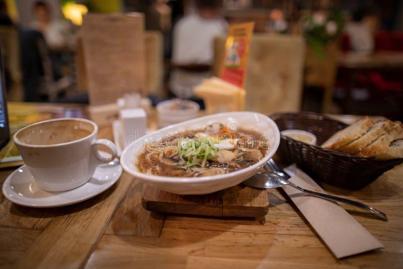 En platta av soppa med kaffe i restaurangen arkivbild
