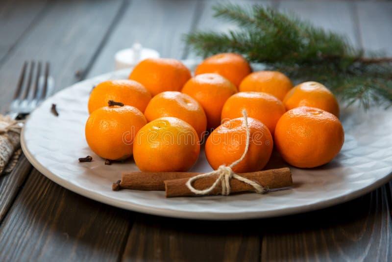 En platta av tangerin blir på trätabellen nytt år arkivbild