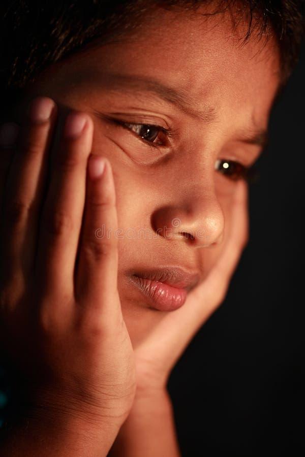 En pojke i ett deprimerat lynne royaltyfri foto