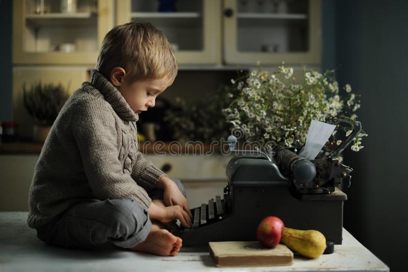 En pojke i ett gammalt hus royaltyfria bilder