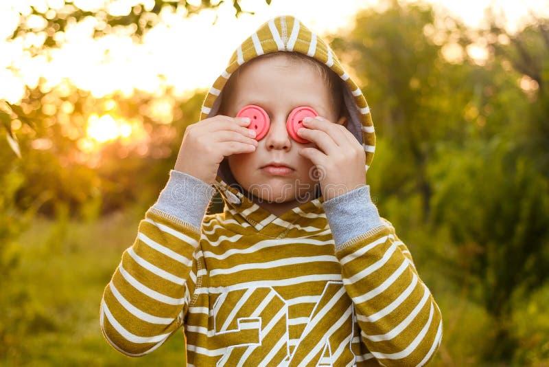 En pojke i en gul hoodie i ett härligt ljus arkivbilder