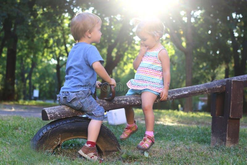 En pojke möter en flicka royaltyfri bild